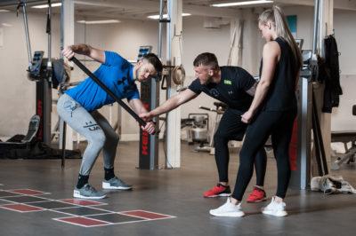 Undervisning i bruk av treningsutstyr.